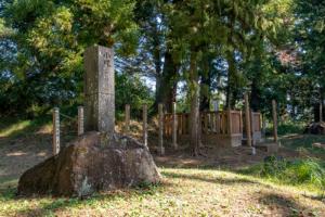 新府城跡 長篠の戦いで失った諸将の小塚